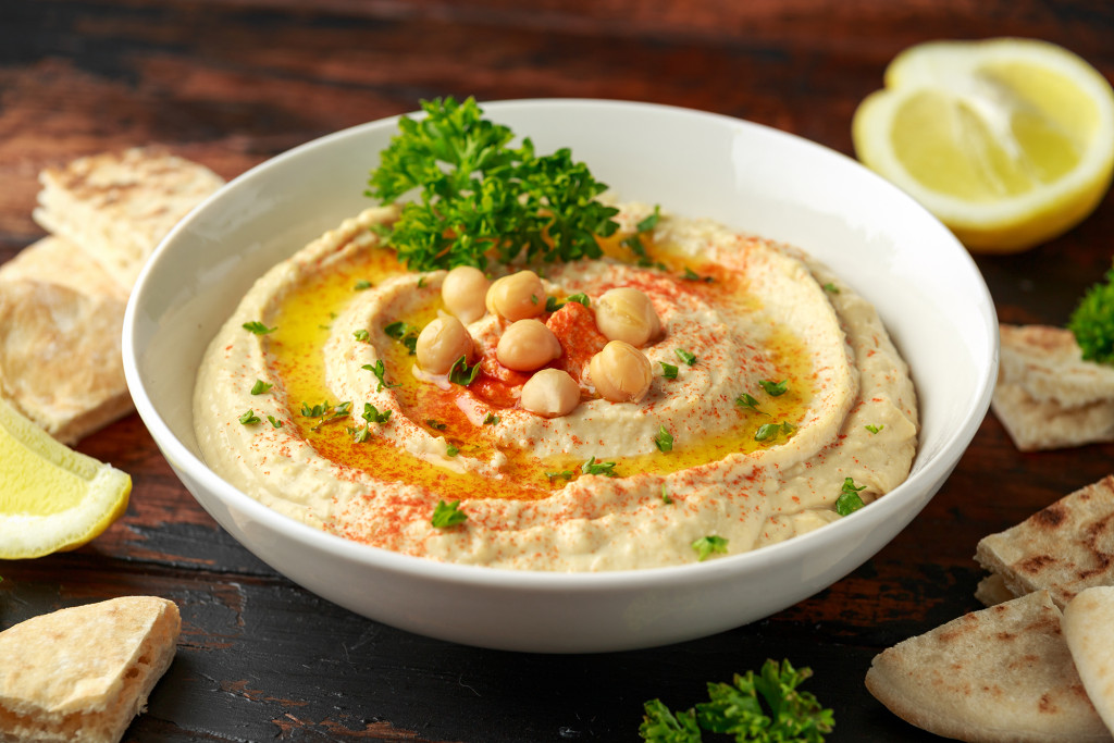 Hummus,With,Olive,Oil,,Paprika,,Lemon,And,Pita,Bread