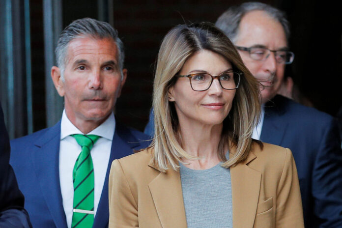 Judge says Lori Loughlin and hubby can travel to Mexico